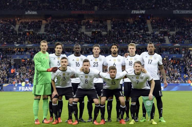 Die deutsche Startaufstellung im Freundschaftsspiel gegen Frankreich im neuen DFB-Trikot 2016. AFP PHOTO / MIGUEL MEDINA