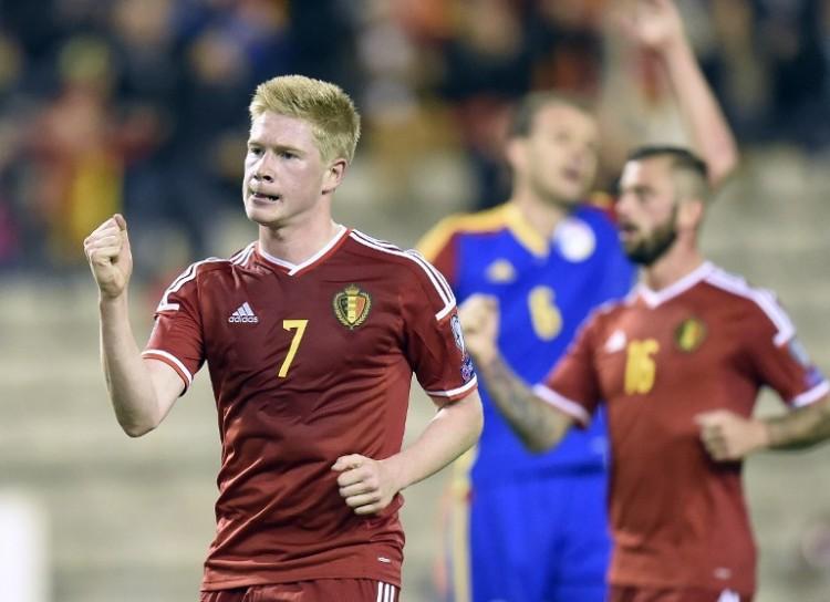 Belgiens Kevin De Bruyne (L) freut sich über die EM 2016 Qualifikation und nun auch noch über den ersten Platz in der FIFA-Weltrangliste. AFP PHOTO / JOHN THYS