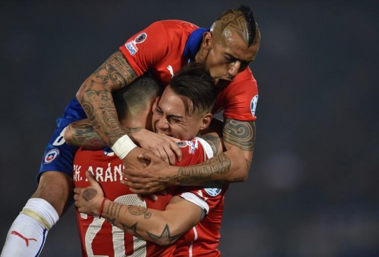 Chile's Stürmer Eduardo Vargas (C) feiert mit seinen Teamkollegen Charles Aranguiz und Arturo Vidal (top) den Gewinn der Copa America 2015 - und ist nun Platz 5 der FIFA-Weltrangliste. AFP PHOTO / RODRIGO ARANGUA
