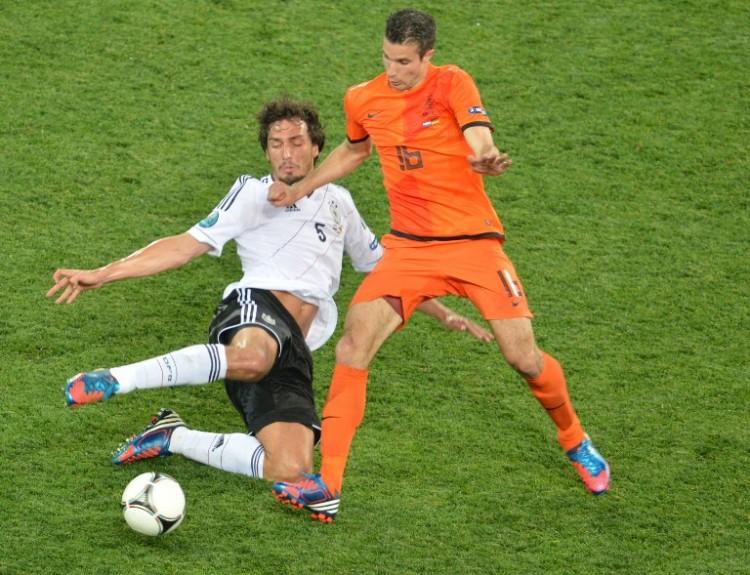 Der Holländer Robin van Persie (R) gegen Mats Hummels bei der Euro 2012 in der Vorrunde - 2:1 für Deutschland. AFP PHOTO / SERGEI SUPINSKY