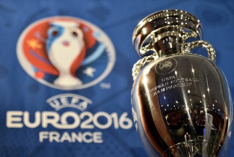 Wer wird die EM 2016 gewinnen? Foto vom Henri Delaunay Cup, der Tropäe der UEFA European Football Championship. AFP PHOTO / FRANCK FIFE