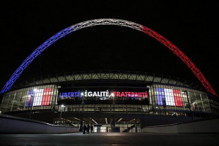 Hier spielt Deutschland heute gegen England: Der Bogen des Londoner Wembley Stadion erstrahlte in den Farben Frankreichs am 16.November 2015. AFP PHOTO / ADRIAN DENNIS