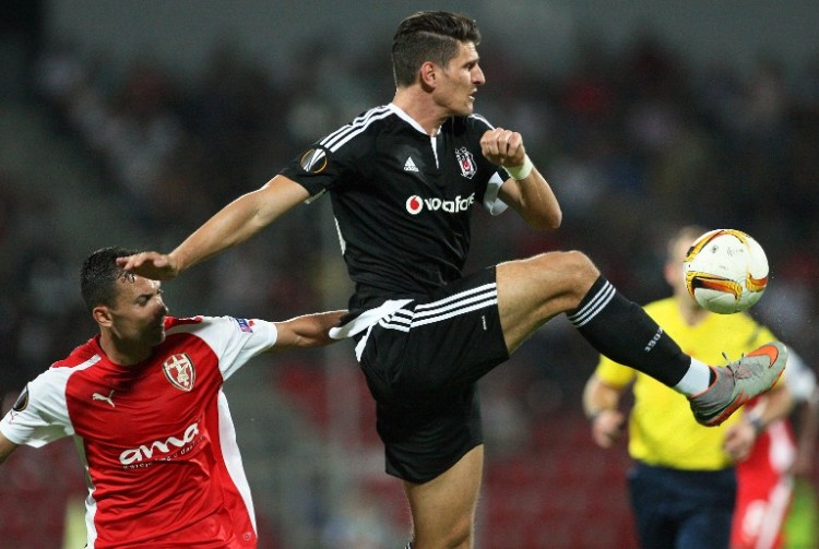 Besiktas' Mario Gomez in der UEFA Europa Leagueam 17. September 2015. AFP PHOTO / GENT SHKULLAKU