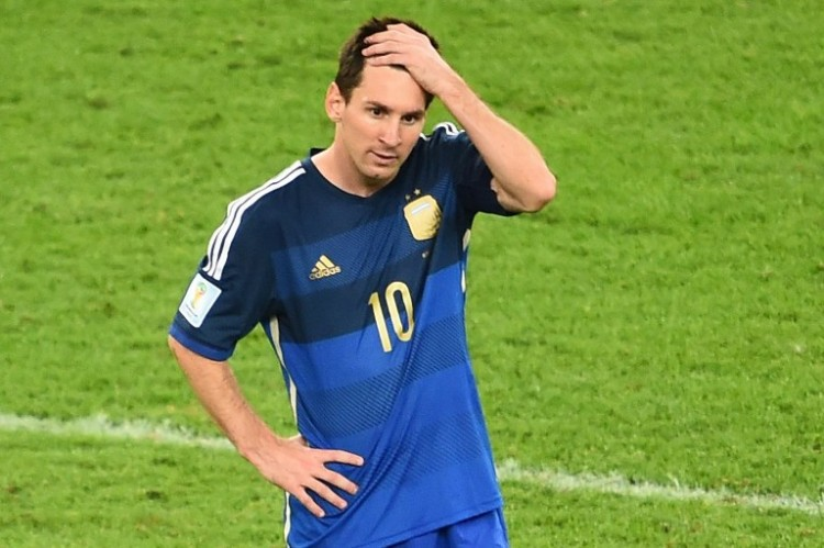 Argentiniens Superstar Lionel Messi reagiert auf die Finalniederlage in der Verlängerung gegen die deutsche Nationalmannschaft bei der WM 2014 in Brasilien im Maracana Stadion in Rio de Janeiro am 13. Juli 2014. AFP PHOTO / CHRISTOPHE SIMON