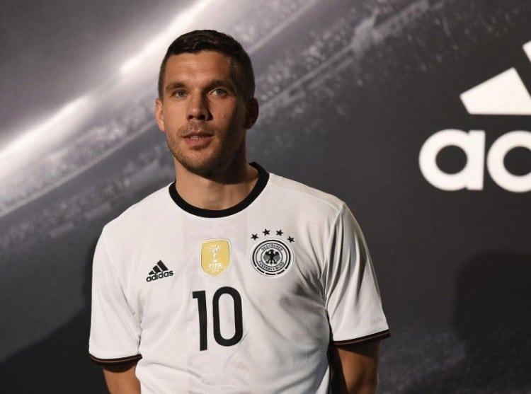 Lukas Podolski im neuen DFB Trikot 2016 (Foto AFP)