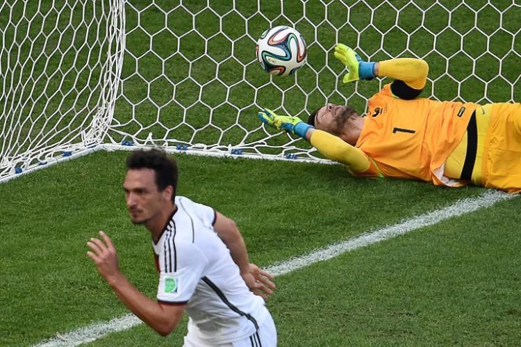Frankreichs Kapitän und Torwart Hugo Lloris kann nicht mehr machen: Mats Hummels erzielt das 1:0 gegen Frankreich im Viertelfinale der WM 2014.   AFP PHOTO / CHRISTOPHE SIMON