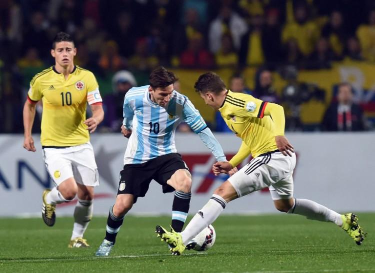Lionel Messi (C) gegen die Kolumbianer Santiago Arias (R) und James Rodriguez bei der Copa America 2015. AFP PHOTO / PABLO PORCIUNCULA