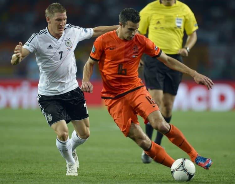 Der Holländer Robin van Persie (R) gegen Bastian Schweinsteiger bei der Euro 2012 in der Vorrunde - 2:1 für Deutschland. AFP PHOTO / FILIPPO MONTEFORTE
