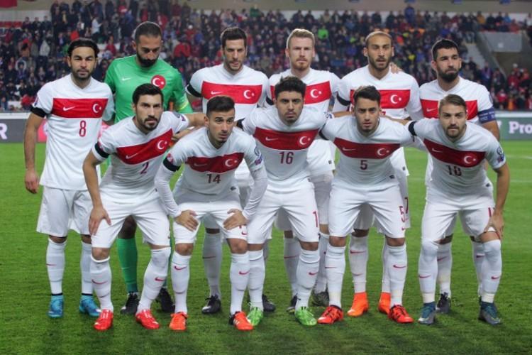 Die türkische Fußballnationalmannschaft am 10.Oktober 2015. AFP PHOTO / MILAN KAMMERMAYER