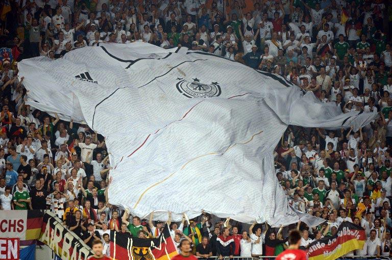 Ein riesiges Fußballtrikot von Deutschland bei der EM 2012 - für solche Aktionen ist der Fanclub Deutsche Nationalmannschaft bekannt. AFP PHOTO / DAMIEN MEYER / AFP / DAMIEN MEYER