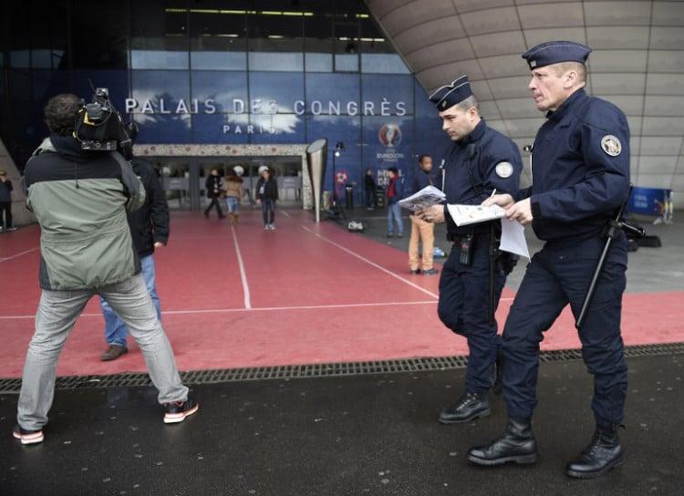 Französische Polizisten vor dem Congres in Paris am 12.Dezember 2015. AFP PHOTO / FRANCK FIFE / AFP / FRANCK FIFE