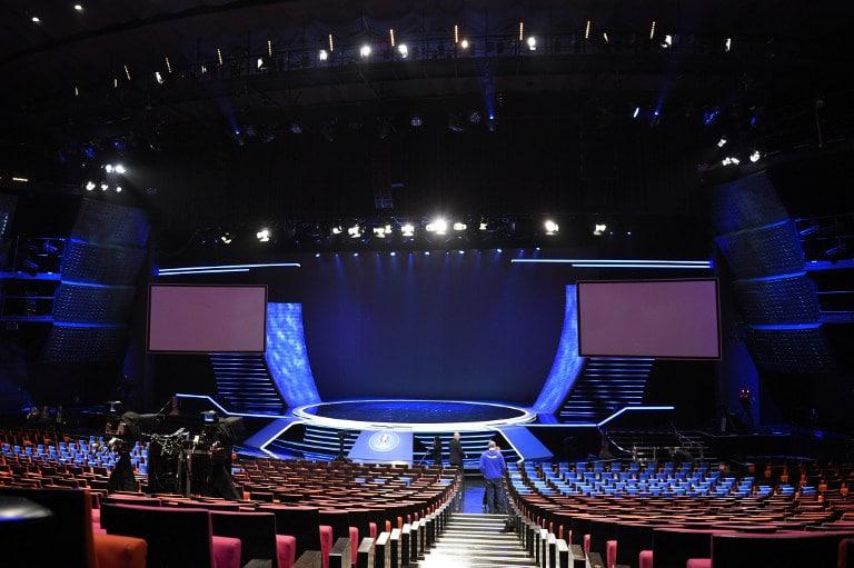Die Veranstaltungshalle im Congres de Paris - es ist alles vorbereitet für die große EM-Auslosung am 12.12.2015. AFP PHOTO / FRANCK FIFE / AFP / FRANCK FIFE