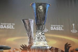 Der UEFA Europa league Pokal bei der Auslosung am 14. Dezember 2015 . AFP PHOTO / FABRICE COFFRINI / AFP / FABRICE COFFRINI