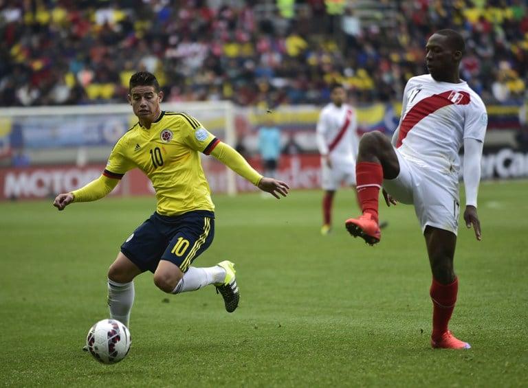 Kolumbiens James Rodriguez (L) und Perus Luis Advincula bei der Copa America 2015. AFP PHOTO / RODRIGO BUENDIA