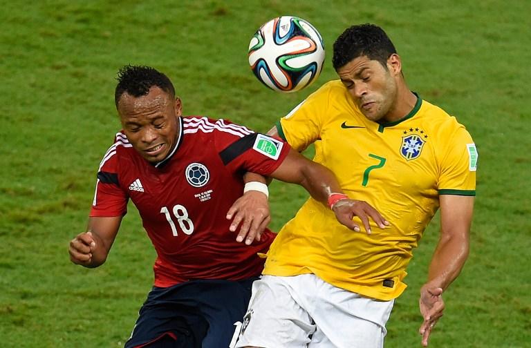 Der Kolumbianer Juan Camilo Zuniga (L)gegen Brasiliens Hulk bei der WM 2014. AFP PHOTO / ODD ANDERSEN