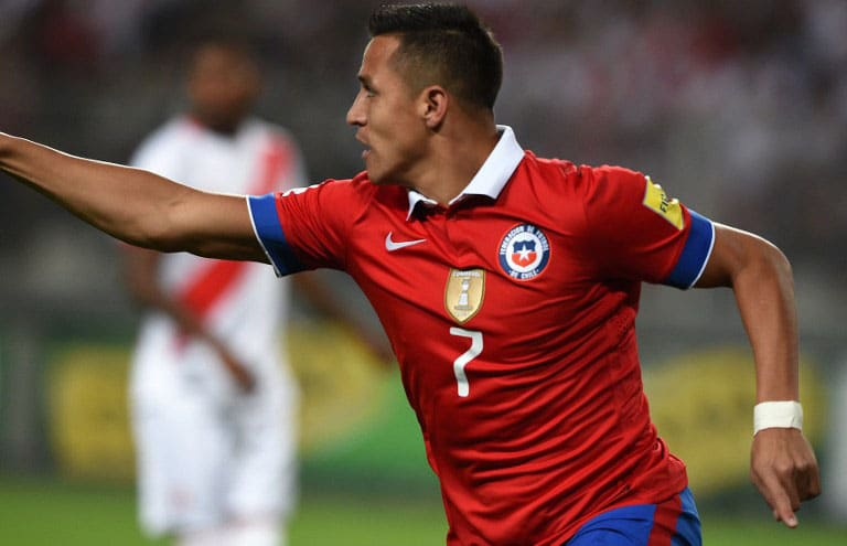 Chile's Alexis Sanchez gegen Peru im neuen Chile-Trikot am 13.Oktober 2015. AFP PHOTO / CRIS BOURONCLE / AFP / CRIS BOURONCLE