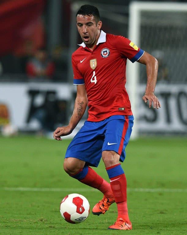 Chile's Mauricio Isla Chile's gegen Peru im neuen Chile-Trikot am 13.Oktober 2015. AFP PHOTO / CRIS BOURONCLE / AFP / CRIS BOURONCLE