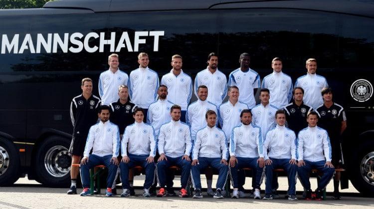 DIE MANNSCHAFT - Der DFB-Kader vor dem neuen Mercedes-Mannschaftsbus vor dem Länderspiel gegen die USA am 10.06.2015 . AFP PHOTO / PATRIK STOLLARZ