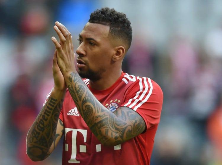 Bayern Münchens Abwehrchef Jerome Boateng im Dezember 2015 im FC Bayern München Trikot - gut zu sehen seine Tattoos! AFP PHOTO / CHRISTOF STACHE