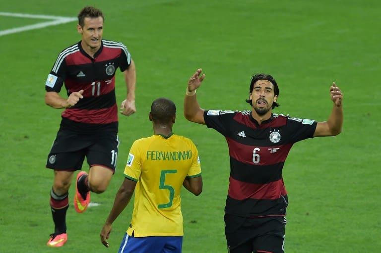 Sami Khedira feiert mit Miroslav Klose (L) das 7:1 im Halbfinale gegen Brasilien in Belo Horizonte am 8.Juli 2014. AFP PHOTO / GABRIEL BOUYS