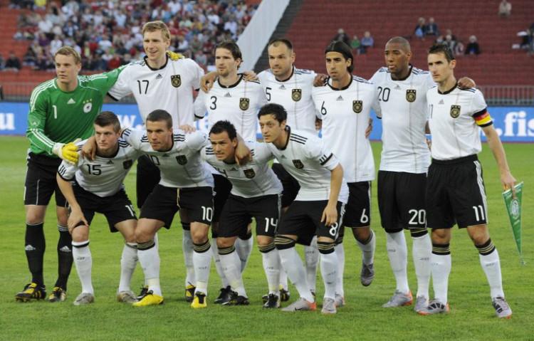 Die deutsche Startaufstellung beim letzten Aufeinandertreffen gegen Ungarn am 29.Mai 2010 in Budapest. Deutschland spielt im WM 2010 Trikot und gewinnt problemlos mit 3:0.AFP PHOTO / JOHN MACDOUGALL