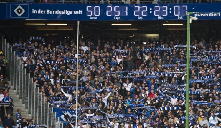 Der HSV - als einziger Verein ist der HSV von Beginn an in der Bundesliga vertreten. Bild vom 3.Mai 2014 mit der Bundesliga-Zeit. AFP PHOTO / JOHN MACDOUGALL