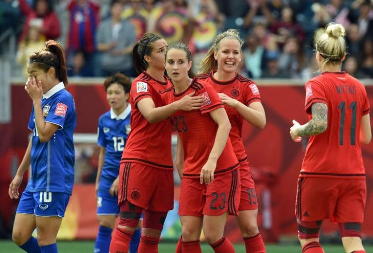 Sara Daebritz (Rückennummer 23) wird bejubelt nach ihrem Tor gegen Thailand in der WM 2015 Vorrrunde. AFP PHOTO/JEWEL SAMAD