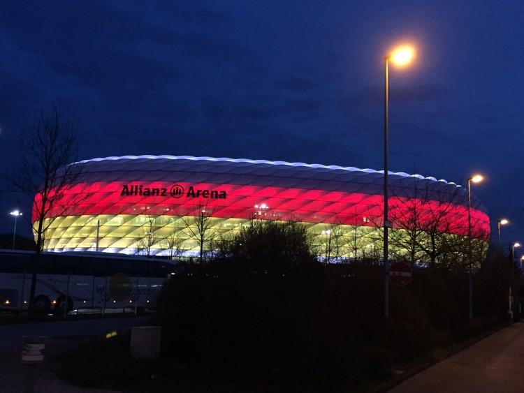 Die Allianz Arena in schwarz-rot-gold erleuchtet beim Länderspiel gegen Italien am 29.03.2016. Drei Vorrundenspiele und ein EM-Viertelfinale werden 2020 hier ausgetragen. (Foto eigene Quelle)