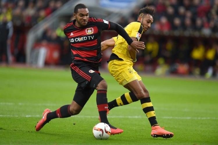 Jonathan Glao wird erstmals in den DFB-Kader berufen. Hier im Kampf gegen Dortmund's Pierre-Emerick Aubameyang. / AFP / PATRIK STOLLARZ /