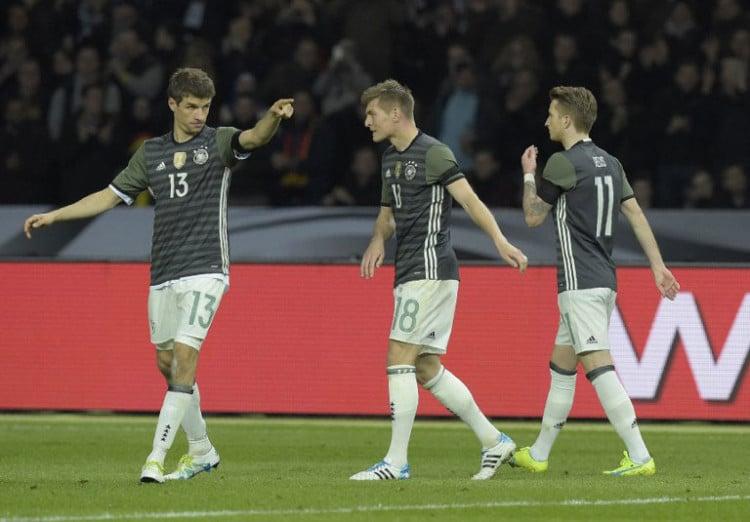Das deutsche Team im neuen Auswärtstrikot (Foto AFP)