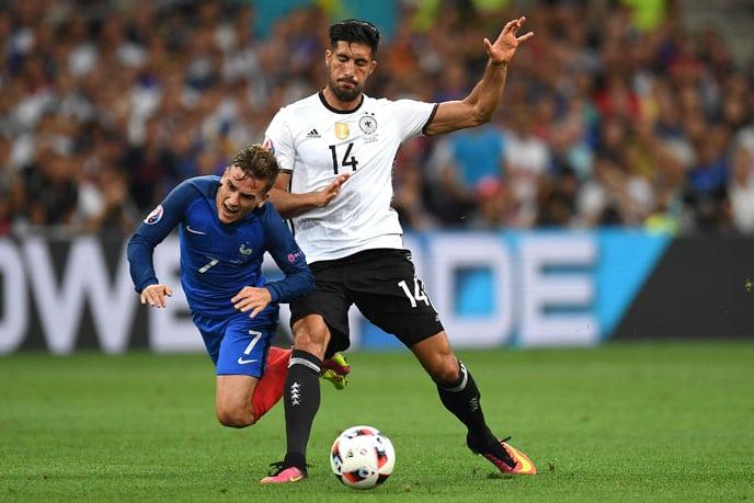 Emre Can beim EM 2016 Halbfinalspiel gegen Gastgeber Frankreich./ AFP PHOTO / PATRIK STOLLARZ