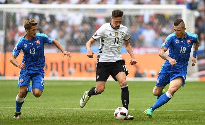 Julian Draxler (M) im EM-Spiel gegen die Slowakei. / AFP PHOTO / PATRIK STOLLARZ