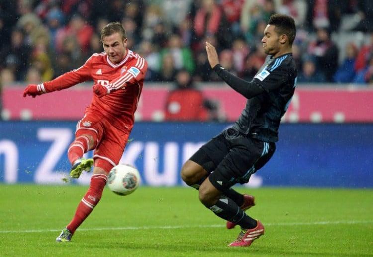 Bayern Münchens Mario Götze gegen HSV-Spieler Jonathan Tah am 14.Dezember 2013. AFP PHOTO/CHRISTOF STACHE