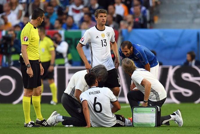 Sami Khedira verletzt sich beim EM-2016 Halbfinale gegen Frankreich. / AFP PHOTO / PATRIK STOLLARZ