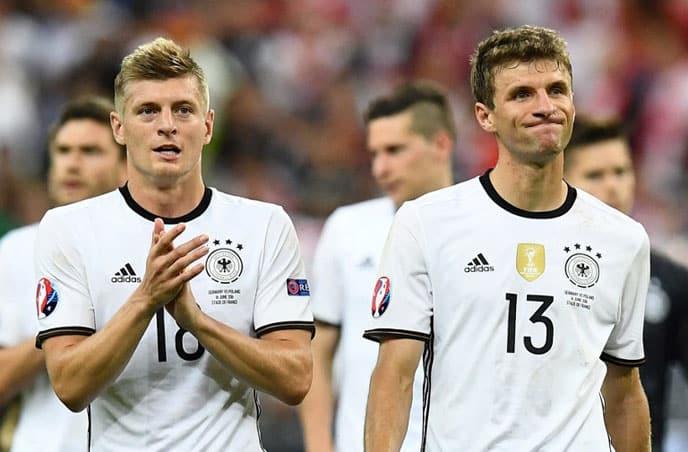 Kroos und Müller nach dem EM-Aus gegen Frankreich. / AFP PHOTO / FRANCK FIFE