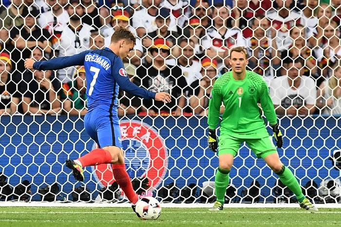 Manuel Neuer gegen Antoine Griezmann beim EM-Halbfinale am 7.Juli 2016. / AFP PHOTO / FRANCK FIFE
