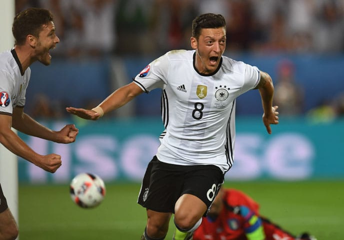 Mesut Özil schießt ein Tor beim EM-2016 Viertelfinale gegen Italien. / AFP PHOTO / PATRIK STOLLARZ