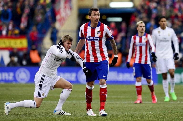 Toni Kroos (L) und Mario Mandzukic beim spanischen Ligaspiel zwischen Atletico de Madrid und Real Madrid am 7.Februar 2015. AFP PHOTO/ DANI POZO