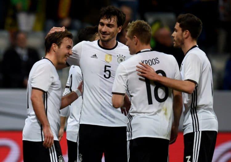 Mats Hummels und seine Mitspieler feiern sein Tor gegen Italien beim 4:1 Sieg in München am 29.März.2016. / AFP / PATRIK STOLLARZ