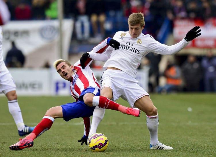 Atletico Madrid's Antoine Griezmann (L) gegen Real Madrid's und Nationalspieler Toni Kroos am 7.Februar 2015 in der spanischen Liga. AFP PHOTO/ DANI POZO /