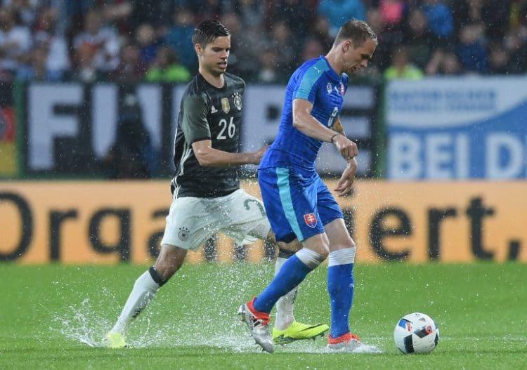 Slowakeis Mittelfeldmann Ondrej Duda (R) gegen Julian Weigl (L) am 29.Mai 2016. / AFP PHOTO / CHRISTOF STACHE