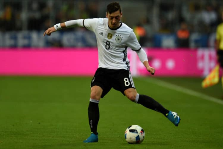 DFB-Spieler Mesut Özil am Ball während des Freundschaftsspiel Deutschland gegen Italien in München am 29.März.2016 / AFP / PATRIK STOLLARZ