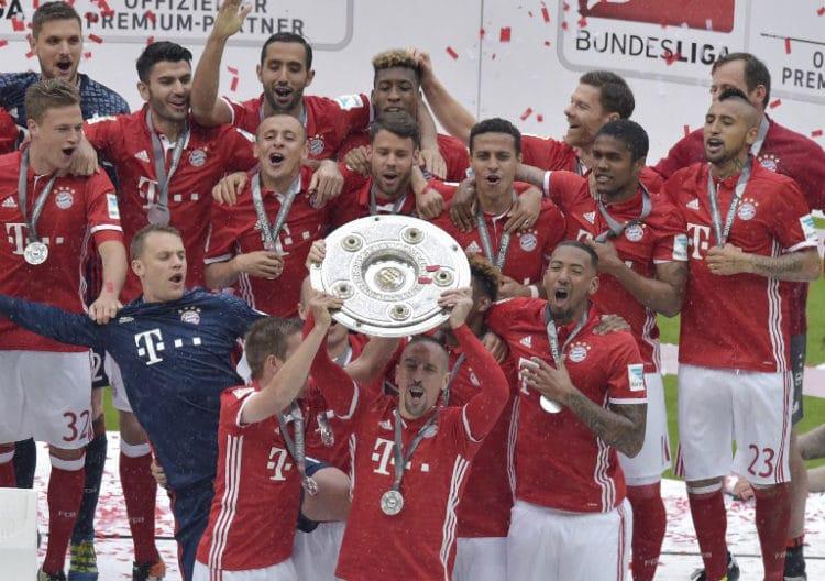 Zum vierten Mal in Folge gewinnt der FC bayern München die deutsche Meisterschaft und bekommt am 14.Mai 2016 die Meisterschale. Gespielt wurde im neuen Bayern Trikot 2016./ AFP PHOTO / GUENTER SCHIFFMANN