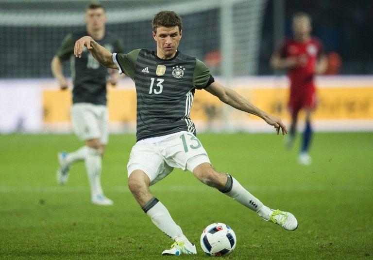 Deutschlands Stürmer Thomas Müller am Ball beim Spiel Deutschland gegen England