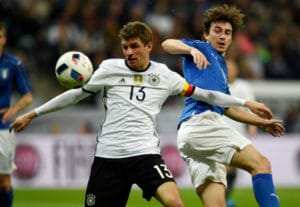 Thomas Müller im Zweikampf mit einem italienischen Spieler
