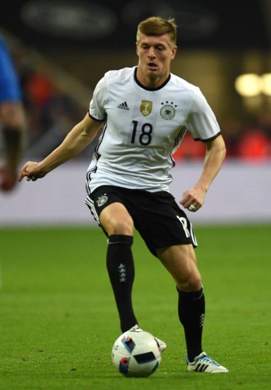 DFB-Spieler Toni Kroos am Ball während des Freundschaftsspiel Deutschland gegen Italien(4-1) in München am 29.März.2016 / AFP / PATRIK STOLLARZ / AFP / PATRIK STOLLARZ