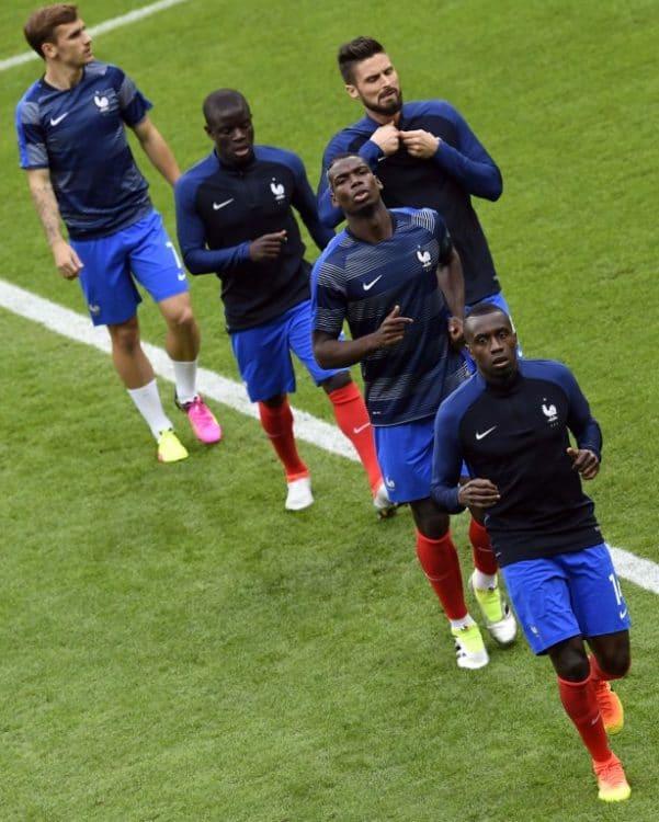 Die Französische Nationalmannschaft beim Warmmachen im Stade de France vor dem Eröffnungsspiel. / AFP PHOTO / MIGUEL MEDINA