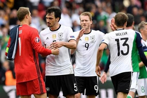 Gewonnen! Die deutschen Spieler sind erleichtert! AFP PHOTO / LIONEL BONAVENTURE
