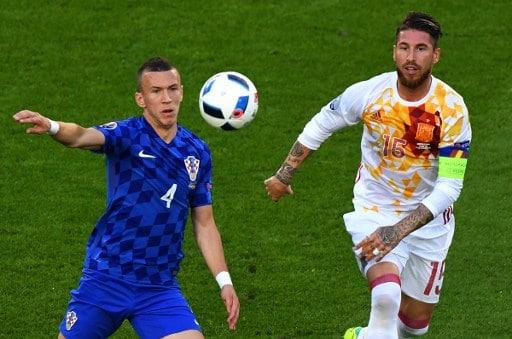 Ivan Perisic (L) im Spiel gegen Spaniens Sergio Ramos in der Vorrunde. / AFP PHOTO / MEHDI FEDOUACH