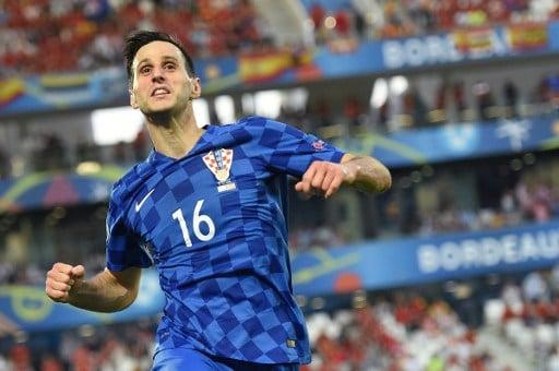 Kroatiens Stürmer Nikola Kalinic feiert sein Tor gegen Spanien! / AFP PHOTO / NICOLAS TUCAT